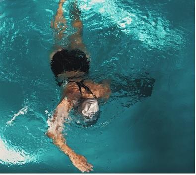 Perché fa così bene nuotare?